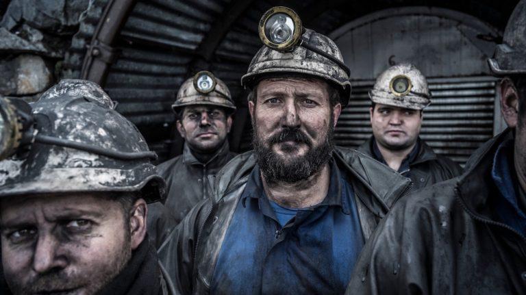 Minerii de la Paroşeni şi Uricani continuă protestul